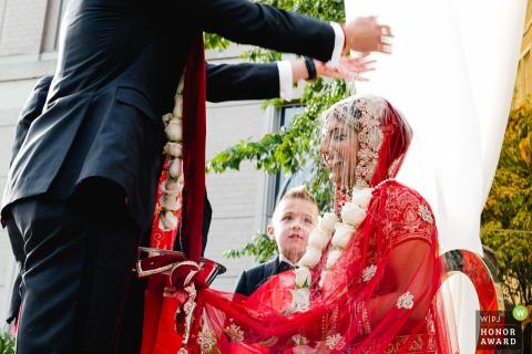 Mandarin Oriental Washington, DC | Foto: Reis über die Braut gießen als Teil des hinduistischen Hochzeitsrituals.