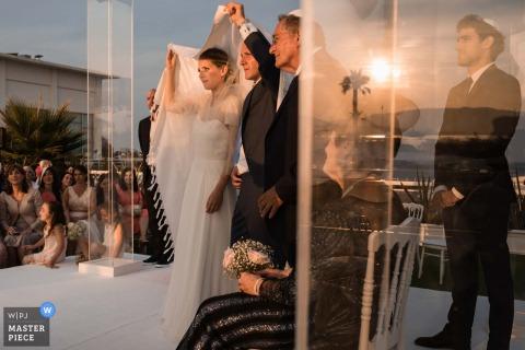 Fotograf der Nouvelle-Aquitaine-Zeremonie - Hochzeitszeremonie am Ende des Tages, kurz vor Sonnenuntergang, mit Reflexionen spielend