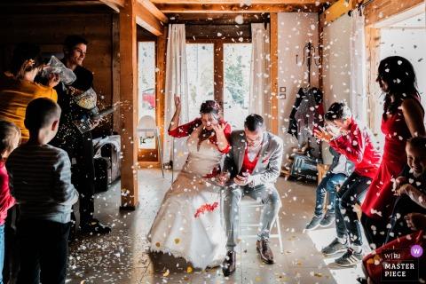Hochzeitsfeier in der Auvergne-Rhône-Alpes Fotografie | Regen von Konfetti auf dem Jungvermählten
