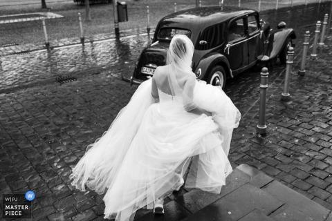 Fotografía de Alemania al aire libre el día de la boda: novia caminando hacia el automóvil