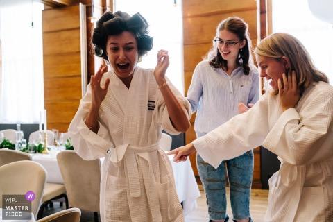 England Town Hall Hotel Hochzeitsfotografie - Die Braut entdeckt eine Heuschrecke in ihrem Bademantel