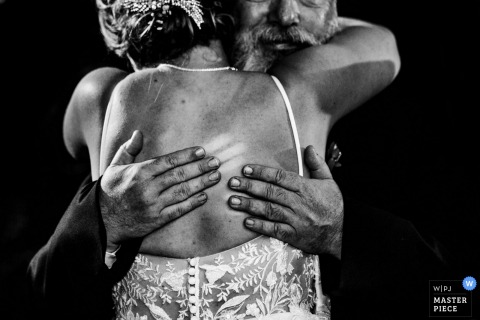 Fotografía del lugar de la boda de Duportail House Wayne PA - Imagen de papá abrazando a su hija tan fuerte que dejó marcas en sus dedos.