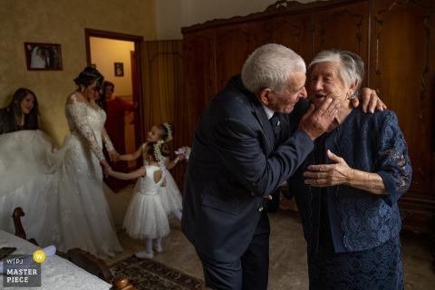 reggio calabria preparando fotos do dia do casamento - avós brincam durante os preparativos da noiva