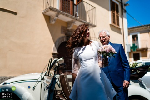 Abruzzo, Pettorano Sul Gizio wedding photo - Here comes the bride, from the vintage convertible VW bug