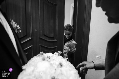 Photographie de jour du mariage de la maison de la mariée - La jeune fille demande de l'argent pour montrer à la mariée