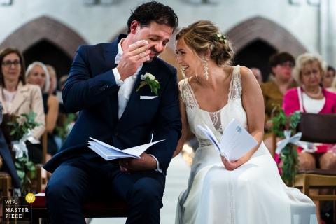 Cérémonie des Flandres Photos de la mariée et du marié à l'intérieur d'une église.