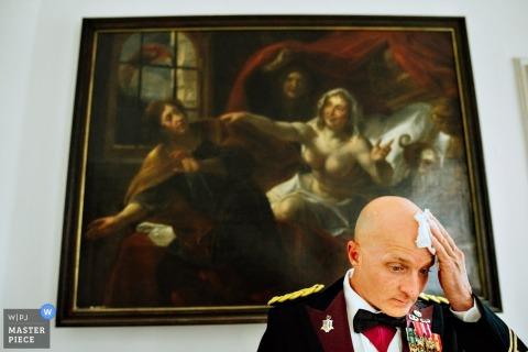 Europahaus Wien Bräutigam vor der Zeremonie. - Schweiß von der Stirn wischen, während er eine Militäruniform trägt.