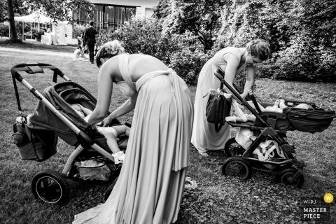 Mühlbach am Manhartsberg Hochzeitsfotografie - Bilder von Brautjungfern und ihrem Baby