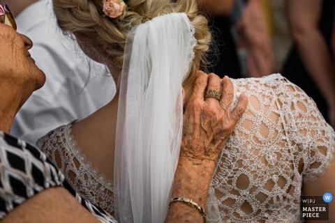 婚礼上的摄影-祖母向新娘伸出援助之手