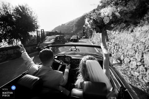 Amalfiküste, Italien - Hochzeitsfoto der Braut und des Bräutigams auf dem Weg zum Hochzeitsempfang