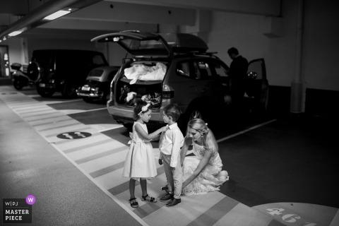 Monaco, Monte Carlo Hochzeitsfotos - Eine Familie bereitet sich auf die Zeremonie im Rathaus von Monte Carlo vor