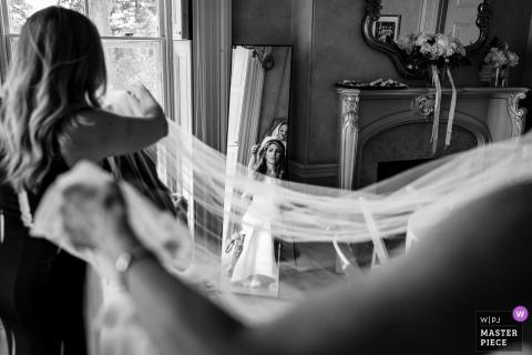 Bride Getting Ready Fotografía de NJ - Novia que el Ministerio de Salud y su mamá ponen su velo.