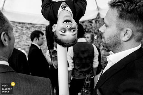 Rumbolds Farm, Surrey-Hochzeitsfotograf - Gäste an der Rezeption, die Spaß in Schwarzweiss haben