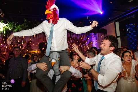 Mahala Eventos - Porto Alegre - RS - wedding photography of bird-headed guests dancing at the reception