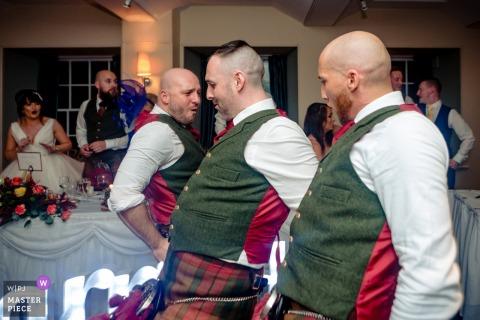 Photos de la réception du lieu de mariage en Écosse - Des garçons d'honneur dansent pendant la réception.
