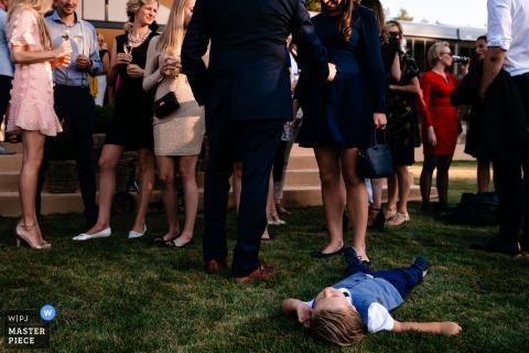 Fotógrafo de recepción de bodas en Bélgica - Boy está totalmente aburrido durante la recepción y decide tomar una siesta