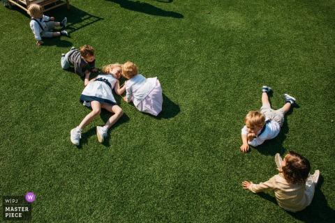 Fotógrafo de la recepción de Flandes   Niños siendo niños durante la recepción