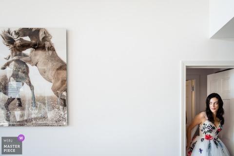 Vorbereitung der Location-Fotografie am Hochzeitstag: Barrows House in Dorset, Vermont | Die Braut verlässt ihr Schlafzimmer, nachdem sie sich angezogen hat.
