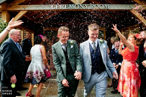 Merrydale Manor, Cheshire, UK trouwlocatie foto | Bruidegom confetti rennen