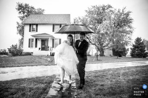 el fotógrafo de bodas maro farm | los novios intentan entrar a la casa