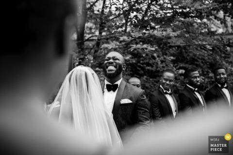 Fotografía de la ceremonia de boda al aire libre de la casa comunitaria winnetka en blanco y negro