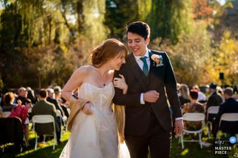 Vassar College, fotógrafo de bodas de Poughkeepsie, NY | Una novia y un novio emocionados salen de su ceremonia de boda