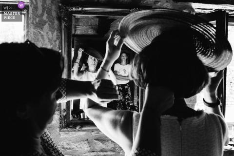 Photographie de lieu de mariage à Bergerac, France - Image de la mère de la mariée pose son chapeau devant les yeux de sa fille