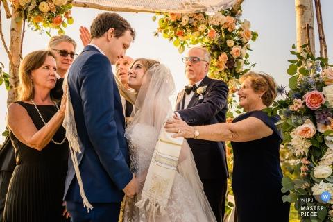 Del Mar, Californie | La famille d'un couple les bénit lors de leur cérémonie | Photos de mariage