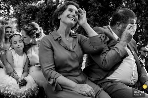 Fotos de la ceremonia de boda al aire libre de Puglia de familiares e invitados secándose las lágrimas.