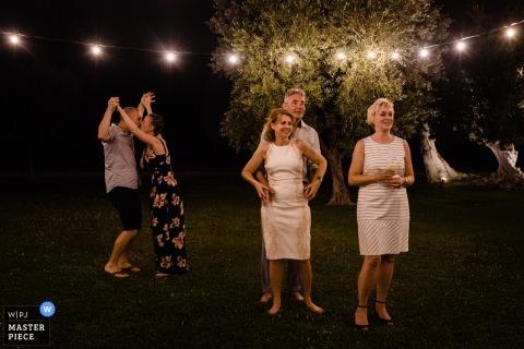 Apulien-Hochzeitsfotografie von einem Empfang im Freien nachts unter Lichtern