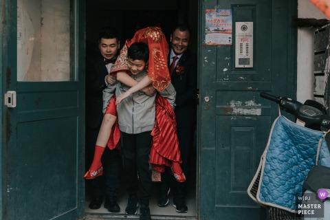 Shaanxi Outdoor-Hochzeitstag Fotografie - Der Bruder trägt seine Schwester aus ... die Braut