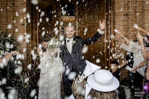 Photos de mariage de l'église San Giovanni Evangelista, Empoli, Toscane | Une pluie de riz qui ressemble à de la neige