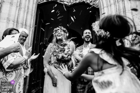 Kirche in carcès hochzeitsbilder - braut und bräutigam verlassen die kirche