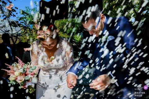 Valencia Hochzeitsfotograf erfasst Bild der Braut und des Bräutigams, wie sie mit Reis erschossen werden