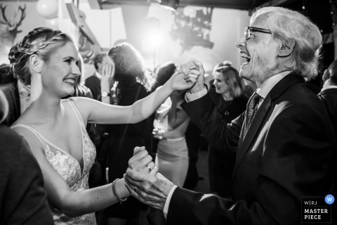 Slot Doddendael, Nijmegen, Photographe de lieu | La mariée danse avec son grand-père lors de sa réception de mariage