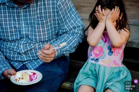 Harrop Hall, photographe de mariage en Colombie-Britannique :: Une jeune fille refuse de manger du gâteau de mariage.