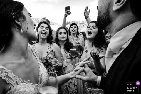 Hochzeitsfotografie des Brasilien-Empfangsortes von Gästen in Schwarzweiss mit der Braut und dem Bräutigam