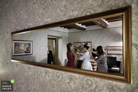 Relais Oroscopo, Sansepolcro - ITALIEN Foto im Spiegel einer Braut, die sich fertig macht