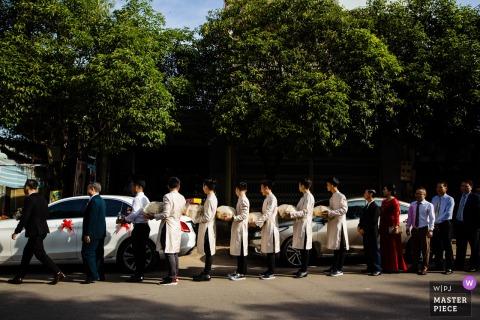 Hochzeitsfotograf aus Westaustralien: Der Bräutigam und seine Familie begrüßen die Familie der Braut.