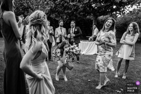 Mas de Peint, Camargue, France, photo de mariage d'une invitée prenant le bouquet de la mariée