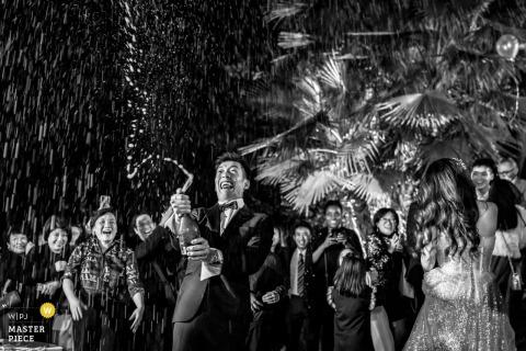 Der Bräutigam öffnete den Champagner und streute ihn über den Himmel. Castello di Torcrescenza Roma Nord, Italien Hochzeitsfotograf.