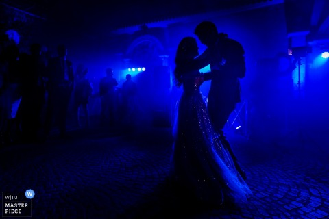 Castello di Torcrescenza Roma Nord, Włochy fotografia ślubna sylwetki panny młodej i pana młodego po raz pierwszy tańczących jako nowożeńcy.