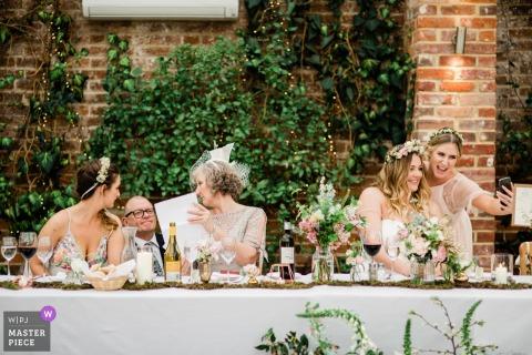 Northbrook Park-Sprachvorbereitung und selfies - England-Hochzeitsreportagephotographie