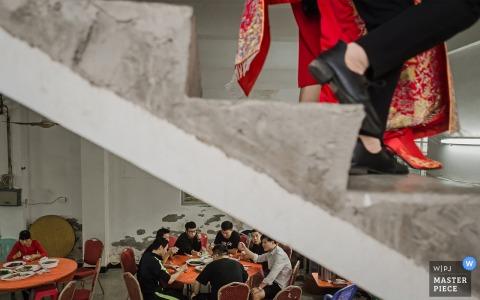 Fotografía de bodas de Fujian en Asia: las novias están casadas y los mejores hombres están comiendo