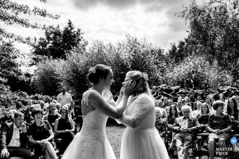 Photos de cérémonie de mariage en plein air aux Pays-Bas - Le moment où ils sont devenus partenaires pour vivre et voulaient le sceller avec un baiser.