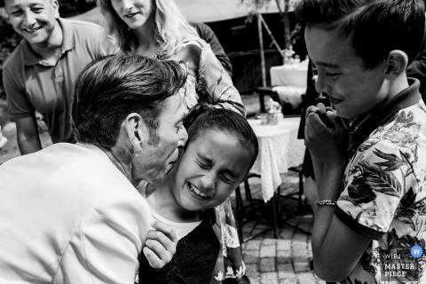 Photographie de réception de mariage aux Pays-Bas avec des enfants | Cette fille ne voulait pas avoir un baiser de son oncle le marié