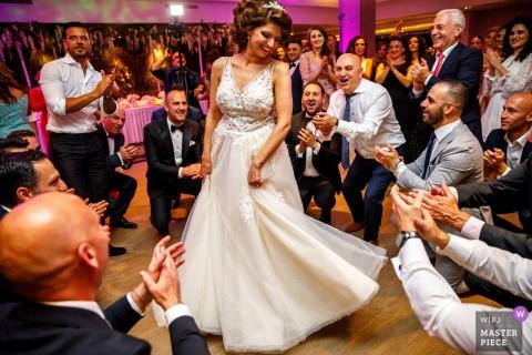 Hengelo - Waarbeek wedding photos of the bride Dancing in the middle