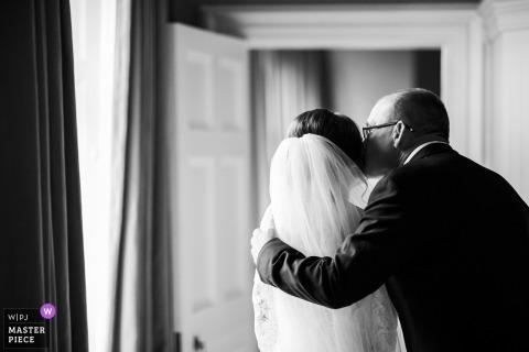 Luttrellstown Schloss, Dublin. Irland Hochzeitsfotografie | Der Vater der Braut gibt ihr einen letzten Kuss, bevor sie zur Zeremonie gehen