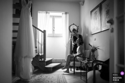 Sapri - Fotografía del día de la boda en casa privada en blanco y negro que muestra a la novia preparándose