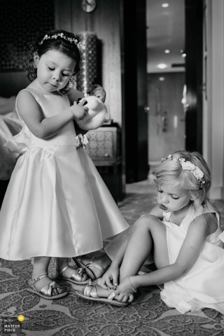 Fotos de Chatty Flowergirls se vestindo no The Ritz Dubai no dia do casamento.